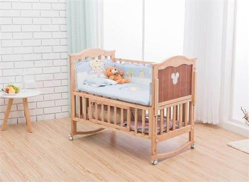 造成婴儿床被卡的事故 婴儿什么时候睡婴儿床合适