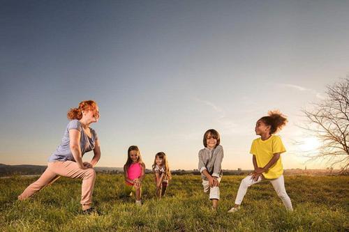 中山带孩子玩瓷泥